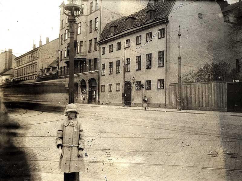 Flicka framför Södra bysättningshäkten 1923 på Hornsgatan i Stockholm
