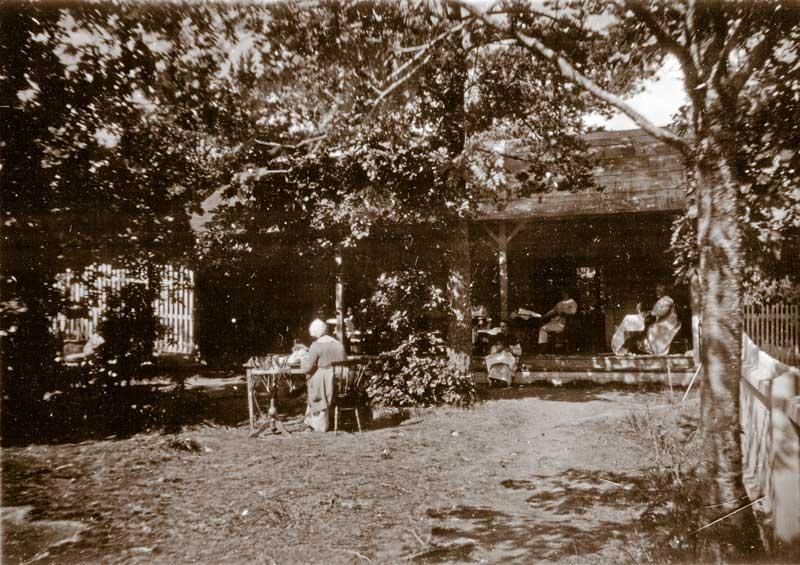 Bild på rastgård för kvinnliga patienter ca 1910.