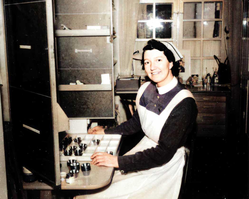 Nattsköterska vid intaget på Långbro sjukhus ca 1940. Fotograf: Okänd.